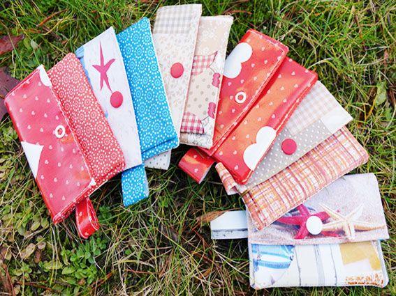 Kleine Geldbörsen aus Wachstuch in verschiedenen Farben
