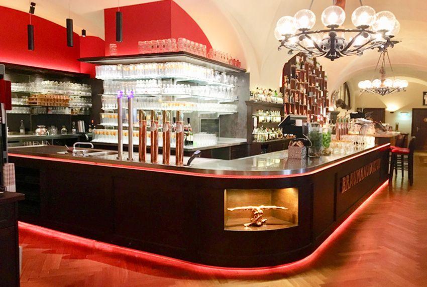 Der opulente Bar-Bereich in zentraler Position zieht neben besonderen Inneneinrichtungen wie Luxus-Tischtücher die Blicke auf sich