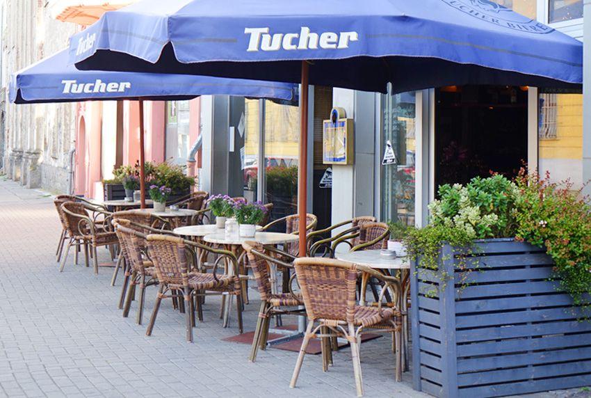Die Außenbereiche von Cafés und Bistros sowie kleinen Kneipen mit Bestuhlung und Tischdecken farblich abgestimmt attraktiv gestalten