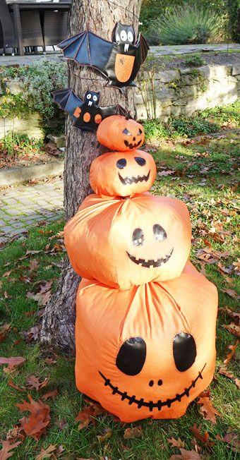 Dekorative Kürbisse und Fledermäuse für Halloween
