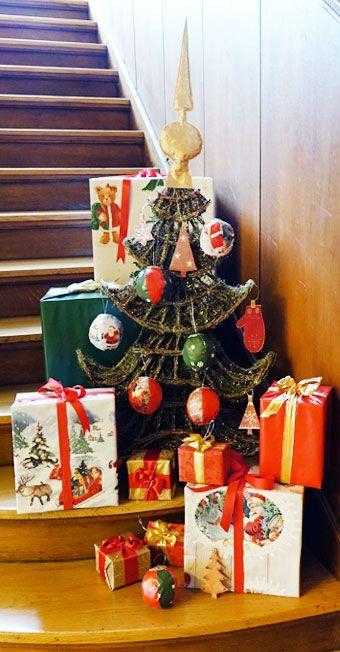 Weihnachtsbaumschmuck und weihnachtliche Verpackungen